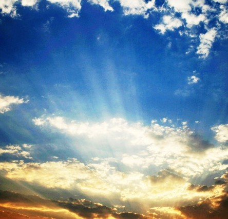 beaming-light-rays-at-sunset